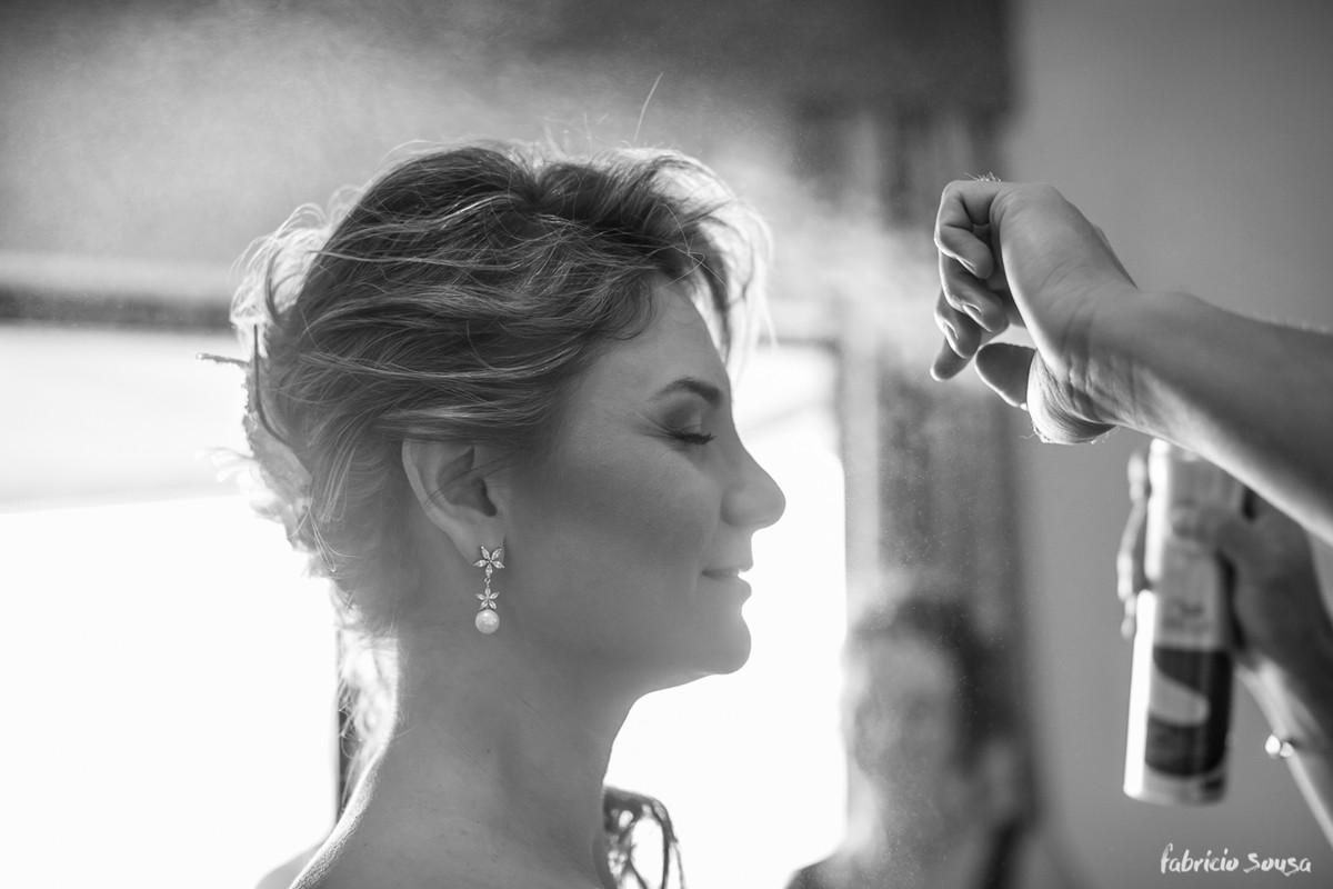 spray no cabelo no making of da noiva Viviane
