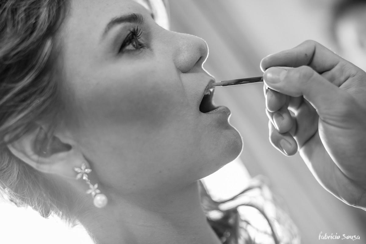 noiva passando batom no making of do casamento