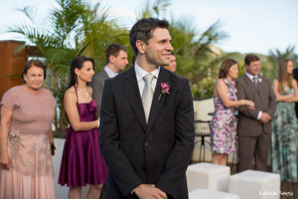 noivo Jorge aguardando a entrada de sua amada noiva Viviane