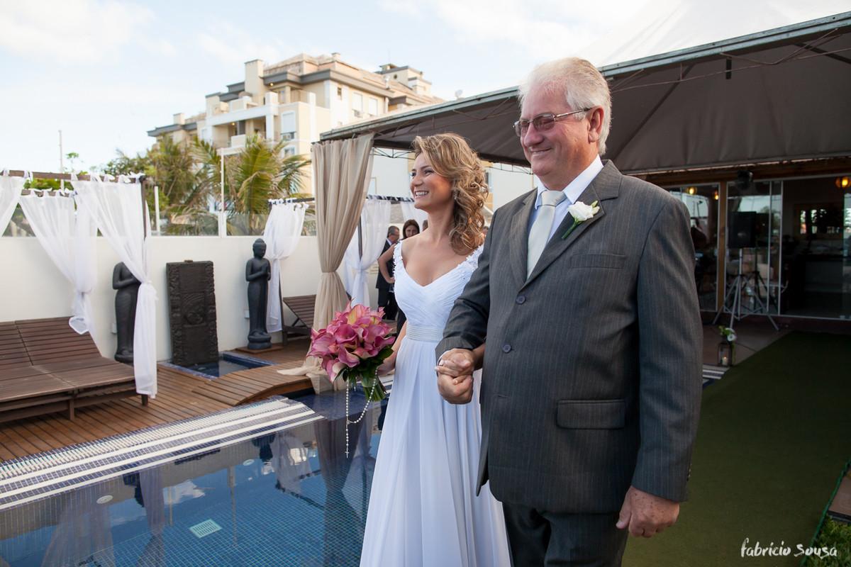 noiva sorri ao ver o noivo a sua espera na cerimonia