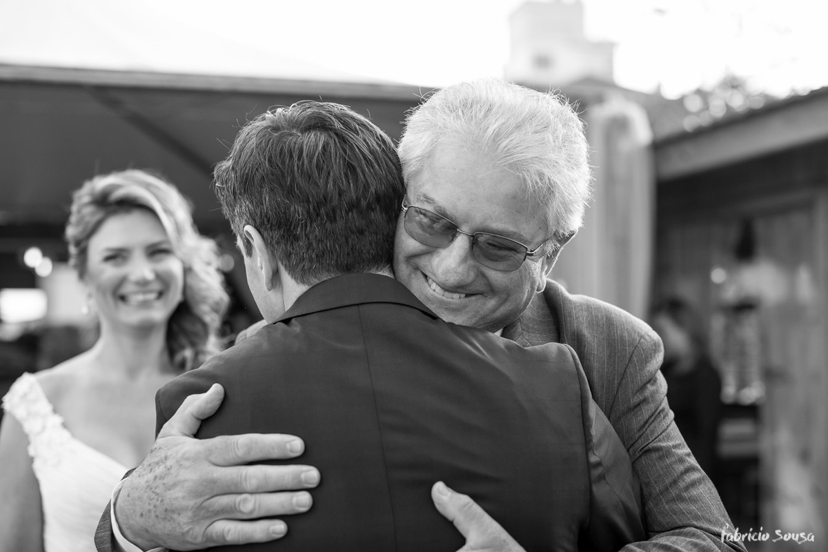 o abraço do noivo no sogro
