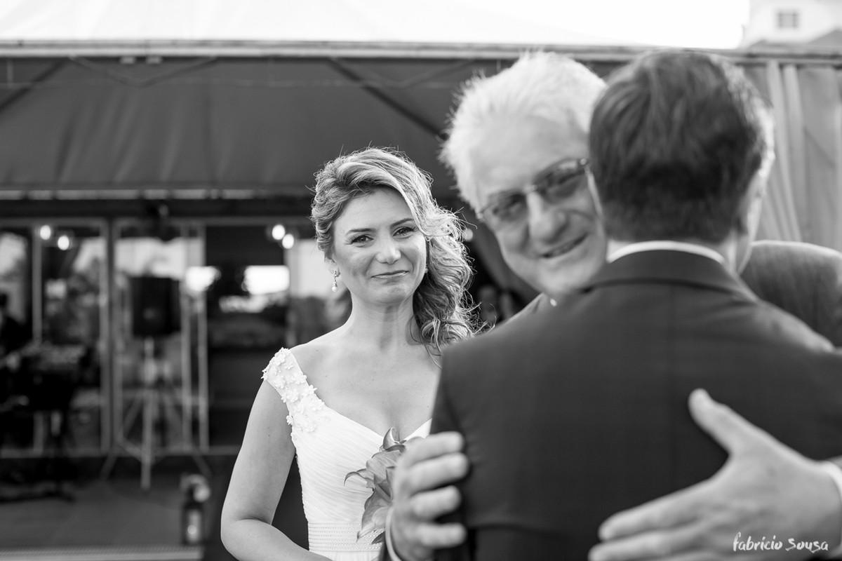 a noiva emocionada no encontro no começo da cerimônia