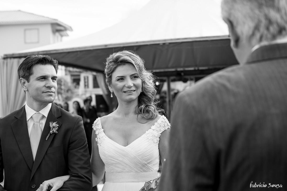 retrato preto e branco do casal durante a celebração