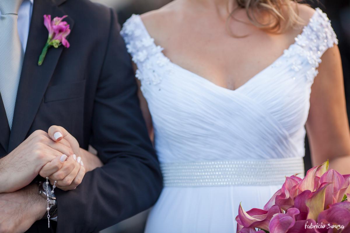 o detalhe dos noivos e do bouquet