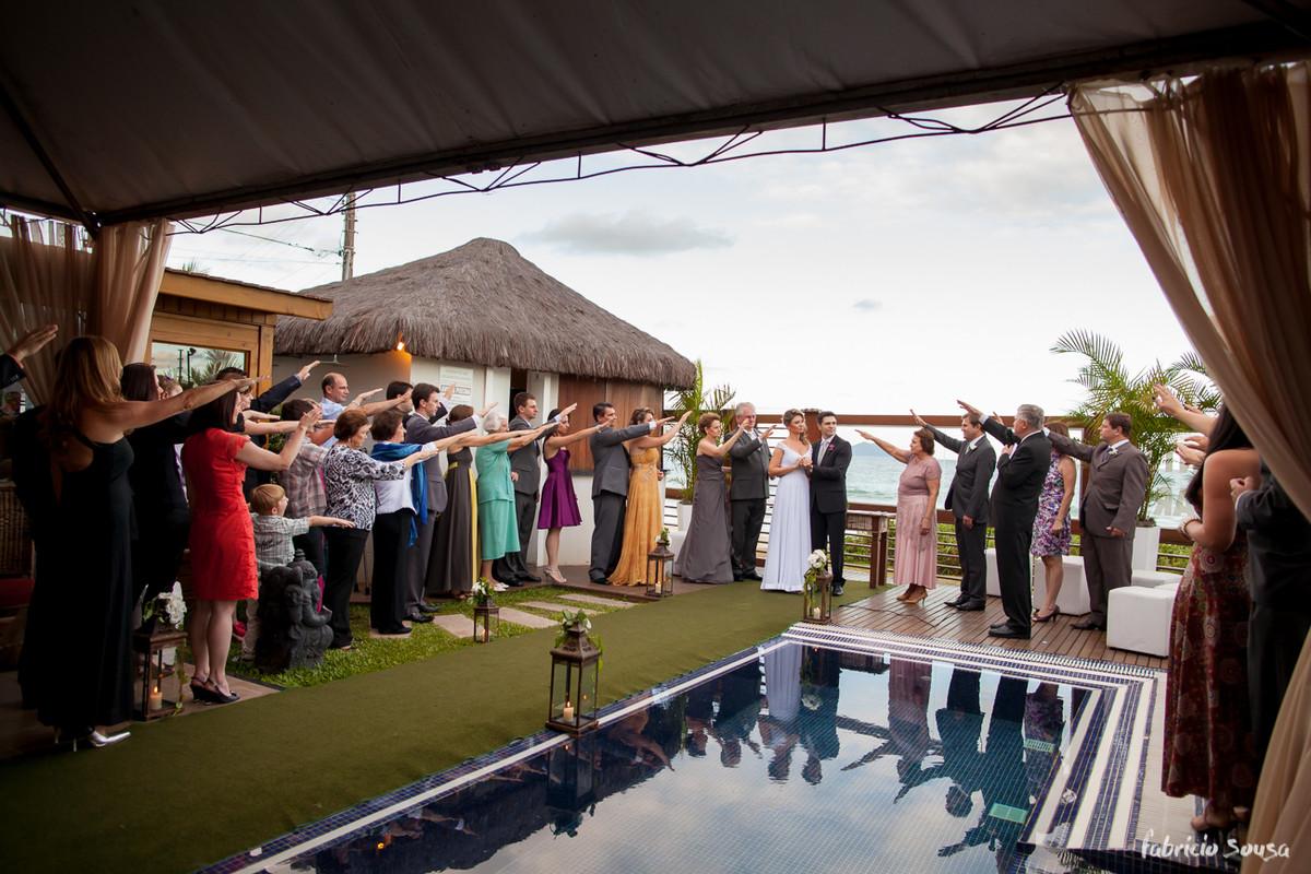 a benção de todos os convidados à beira da piscina