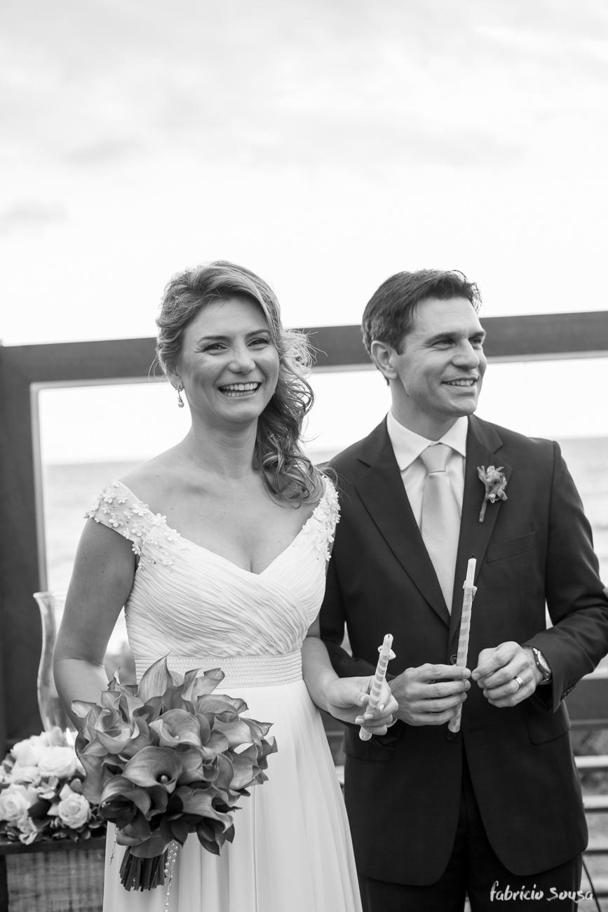 retrato preto e branco dos noivos com a praia de fundo na cerimonia
