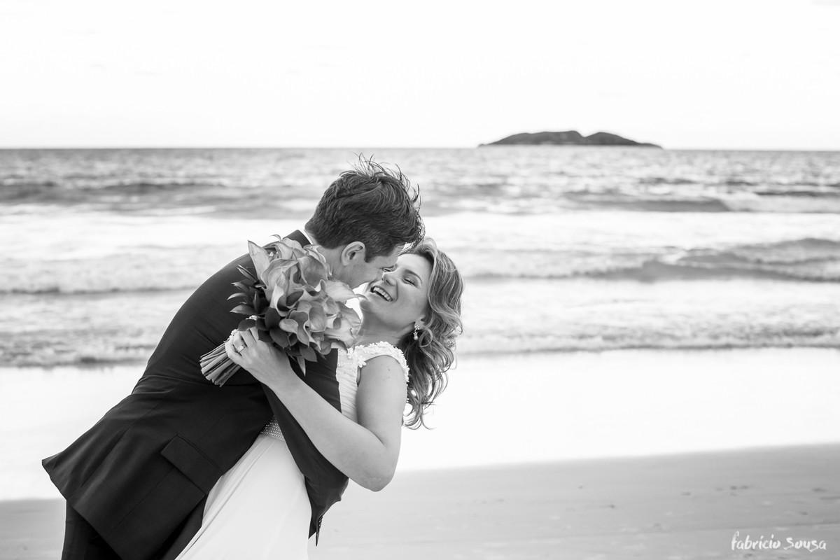 o beijo cambre na beira da praia