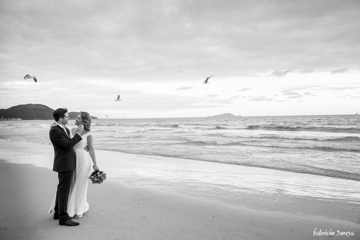 troca de olhares do casal após o casamento na praia dos Ingleses em Floripa