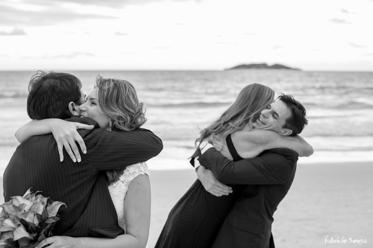 abraços apertados de felicitações aos noivos