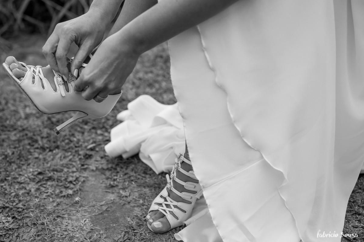 detalhe da noiva calçando o sapato