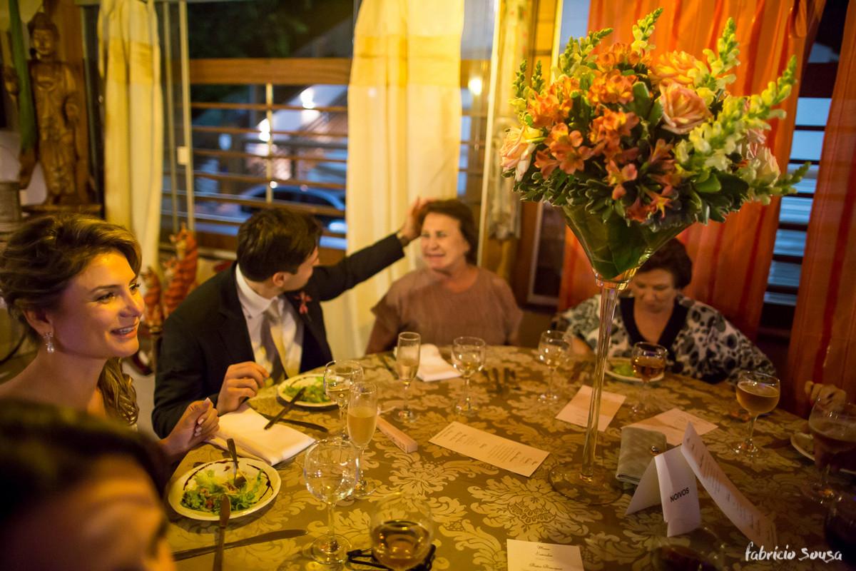 noivo acaricia sua mãe durante o jantar de casamento