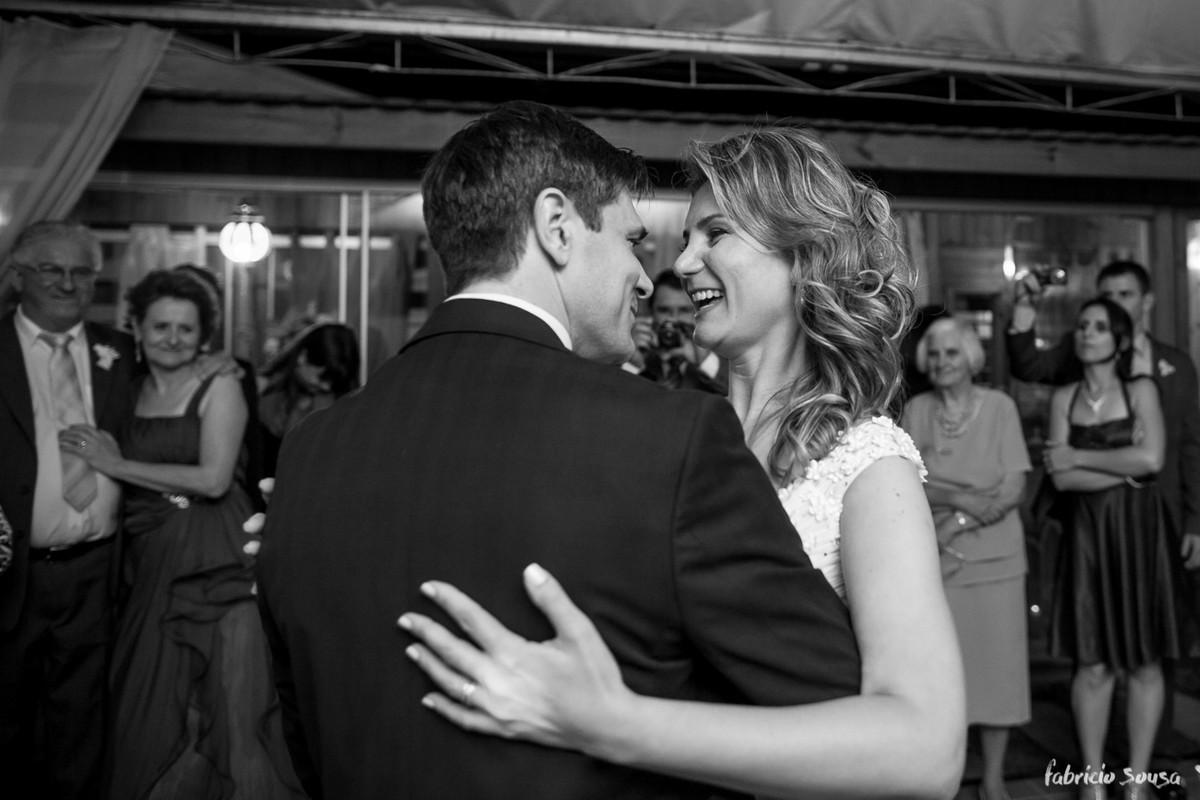 muita alegria dos noivos dançando
