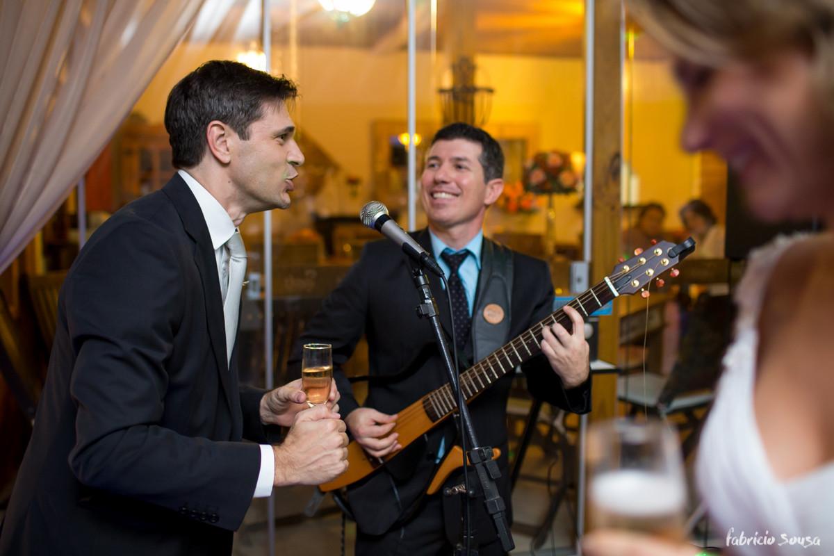 noivo cantando na sua festa de casamento