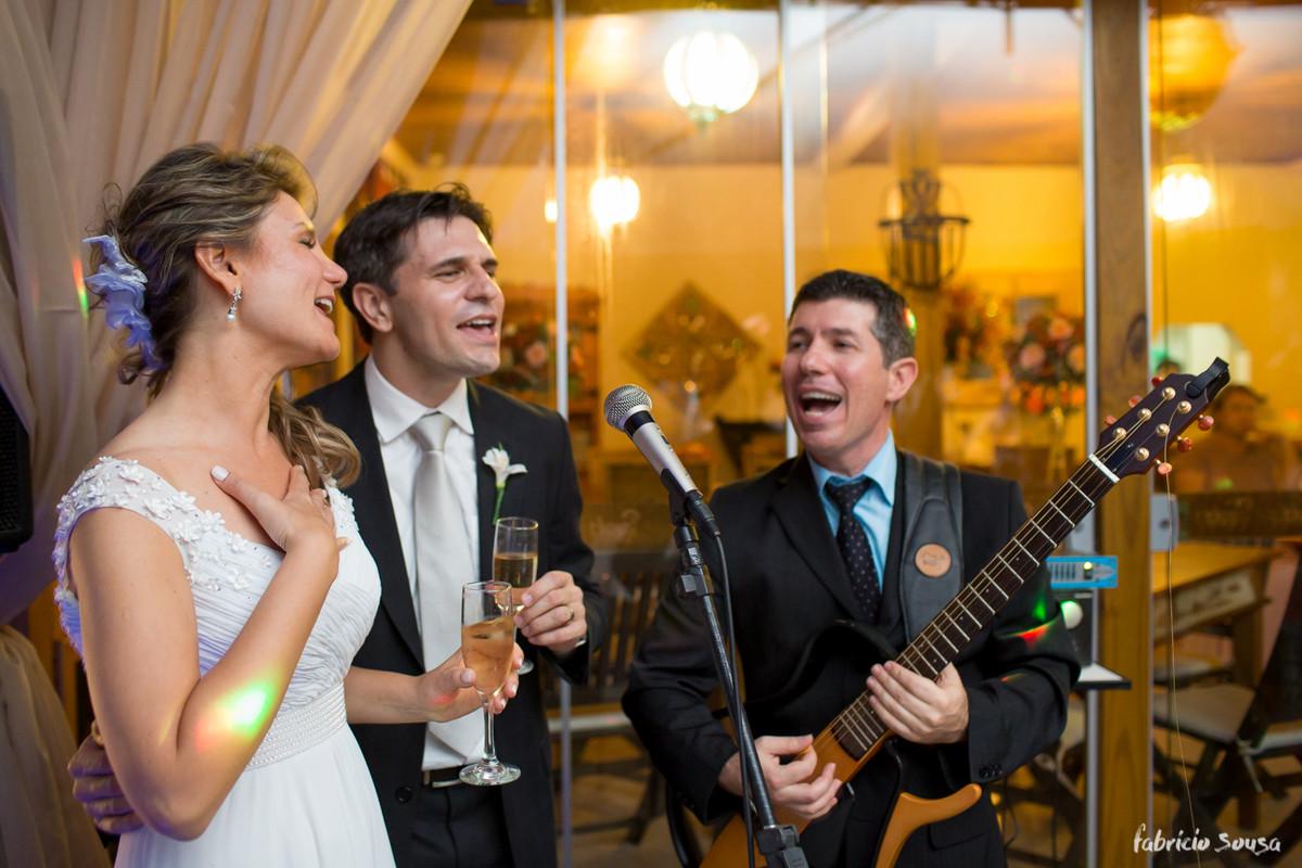 noivos cantando juntos na festa