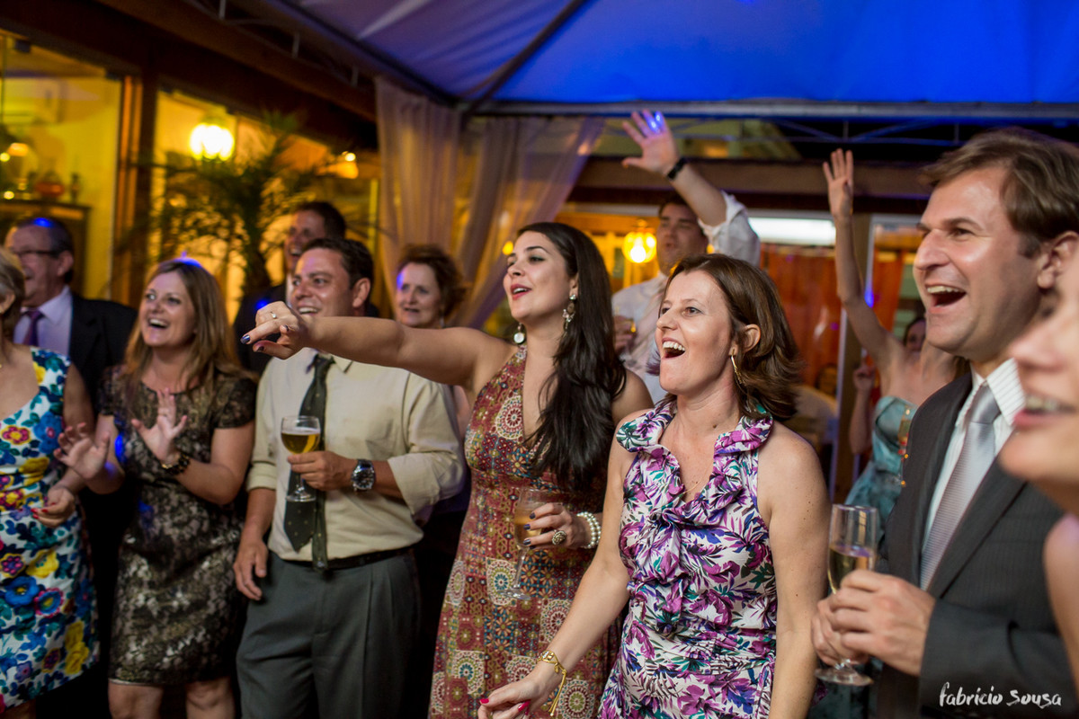convidados animados curtindo um bom rock and roll