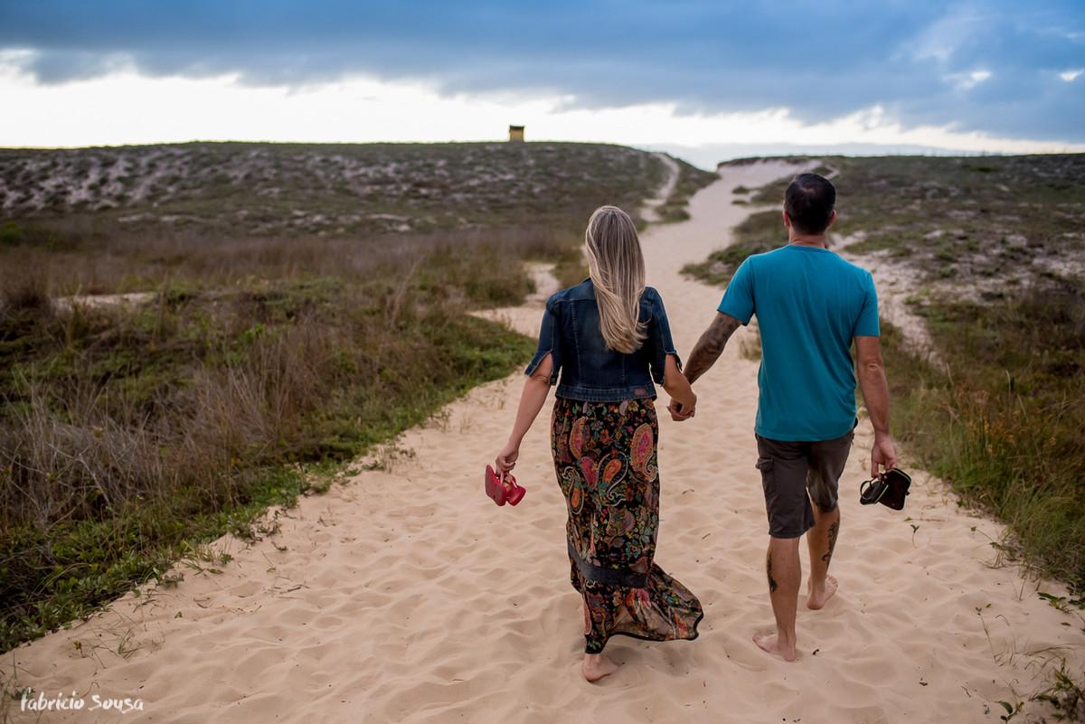 casal descalço a caminho da praia do Campeche - Pico da Cruz
