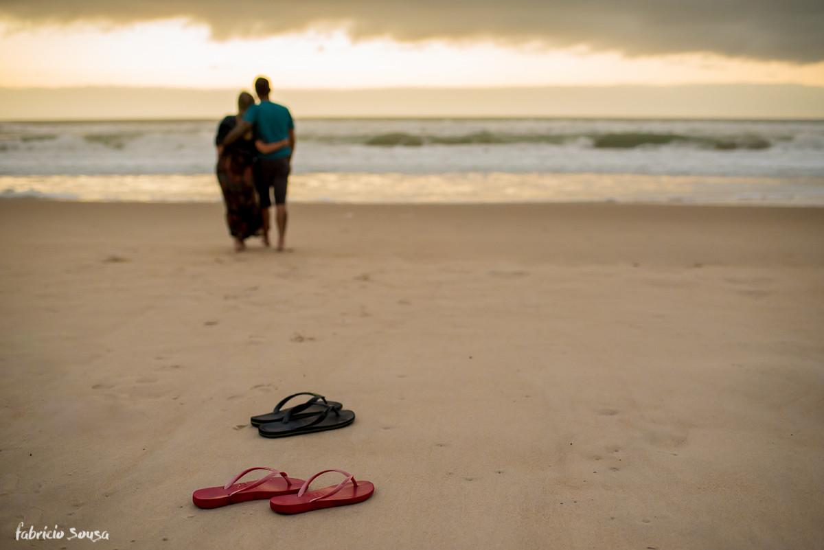descalços na praia no ensaio pre-wedding ao nascer do sol