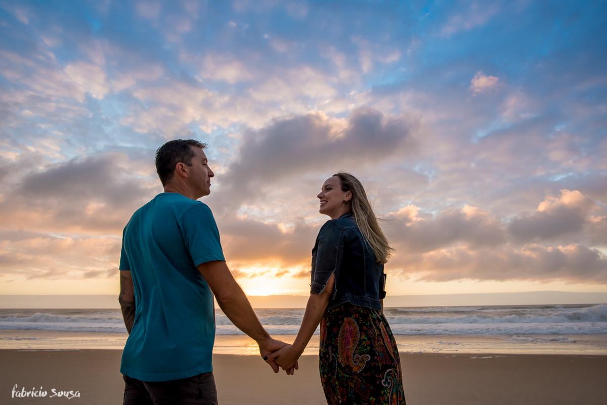 noivos de mãos dadas no ensaio pre-casamento na praia do Campeche