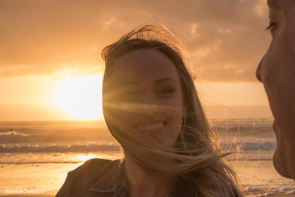 noiva sorridente em contraluz ao sol