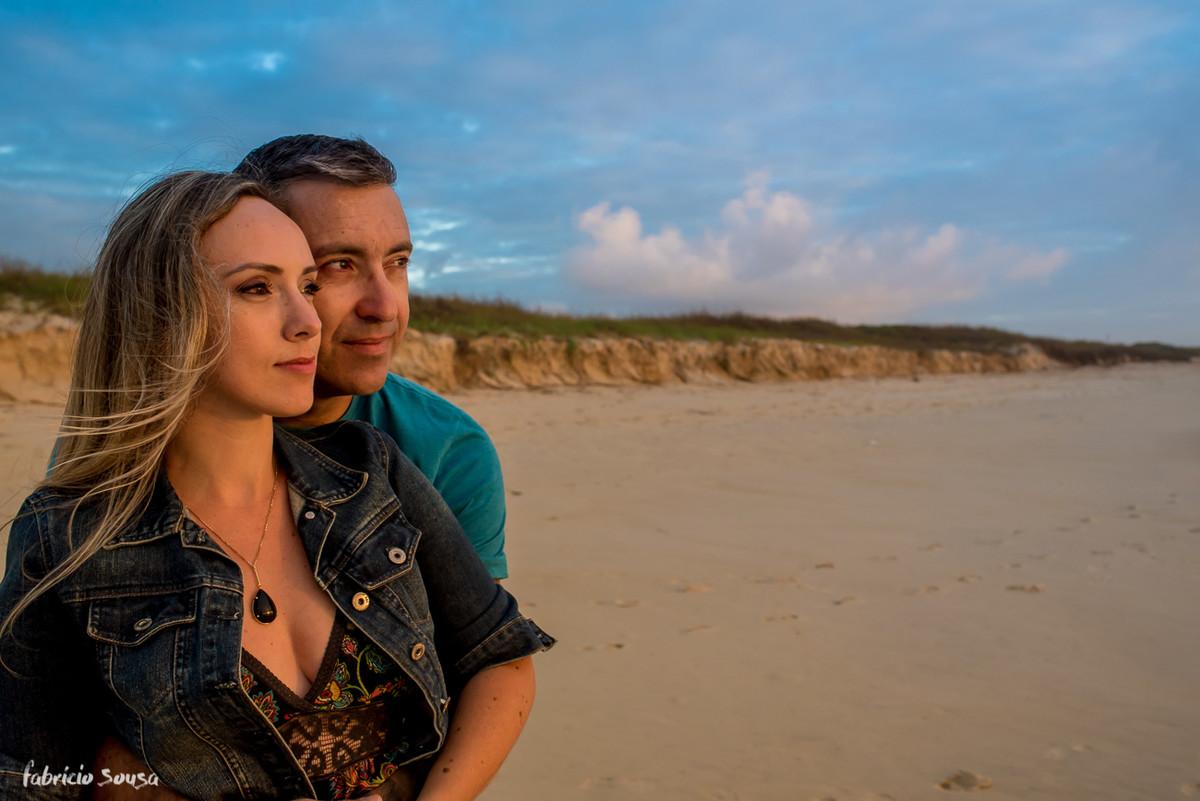 casal olhando o mar em Florianopolis