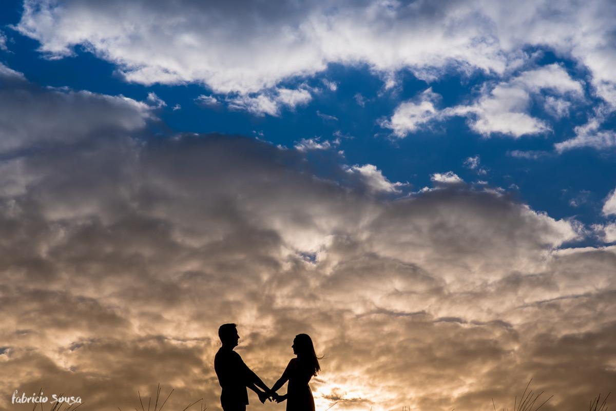 silhueta do casal de mãos dadas em belo nascer do sol com céu colorido