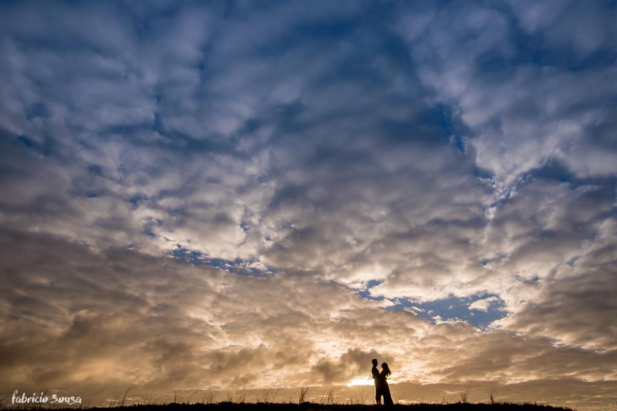silhueta minimalista do casal no céu nebuloso de manhã cedo