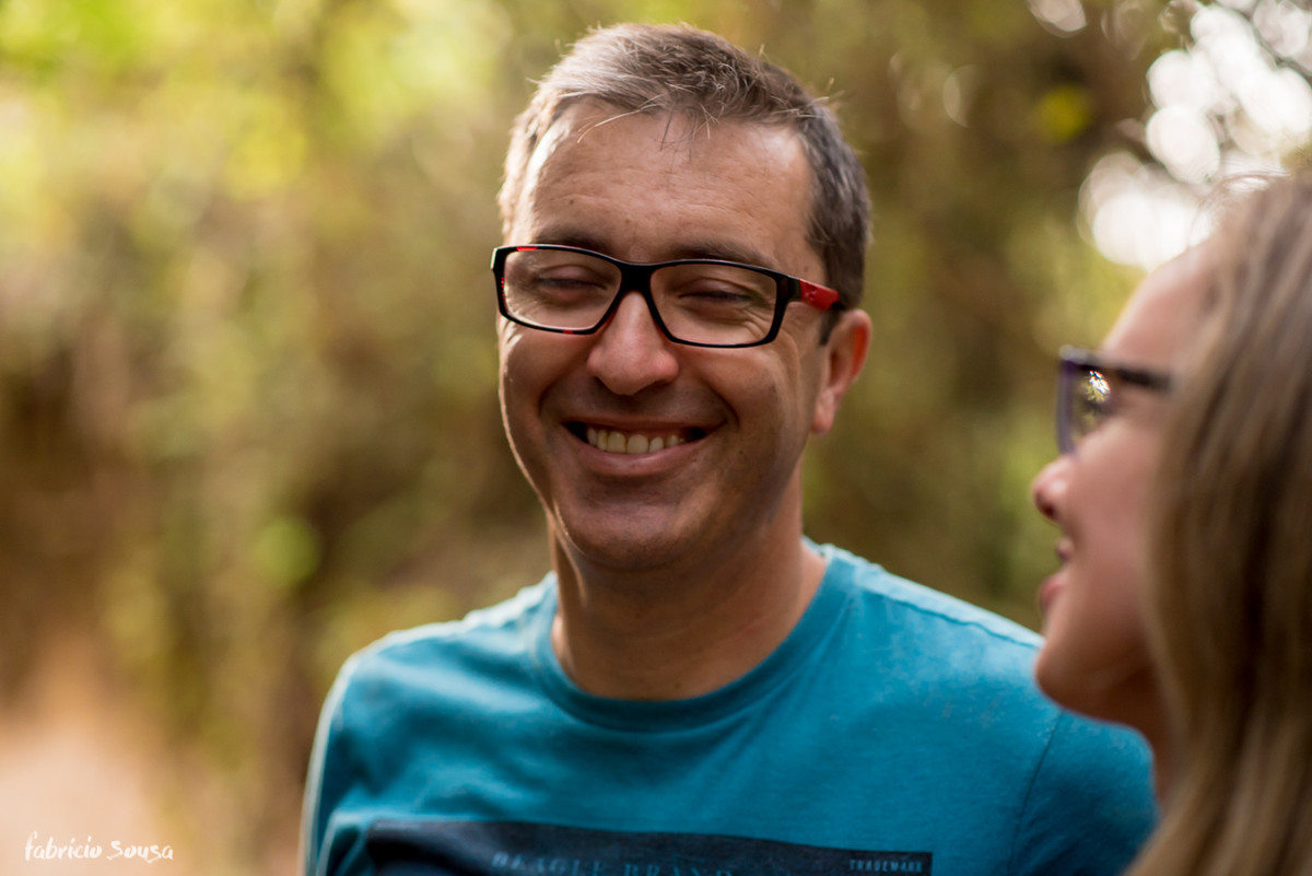noivo sorrindo tímido de óculos