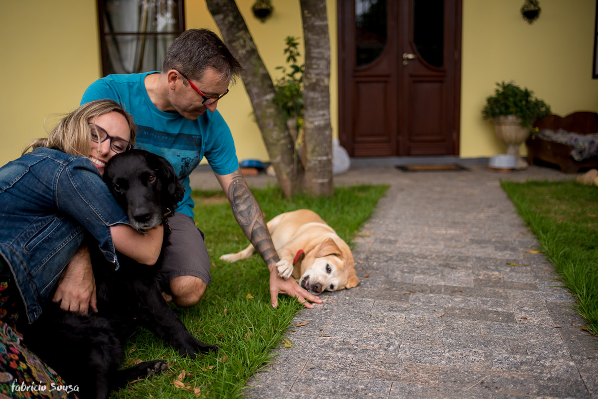família completa - casal e seus 3 cães no pátio da residência