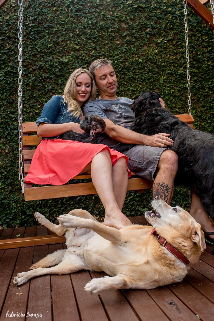 cadela manhosa recebe carinho do casal no ensaio pre-casamento
