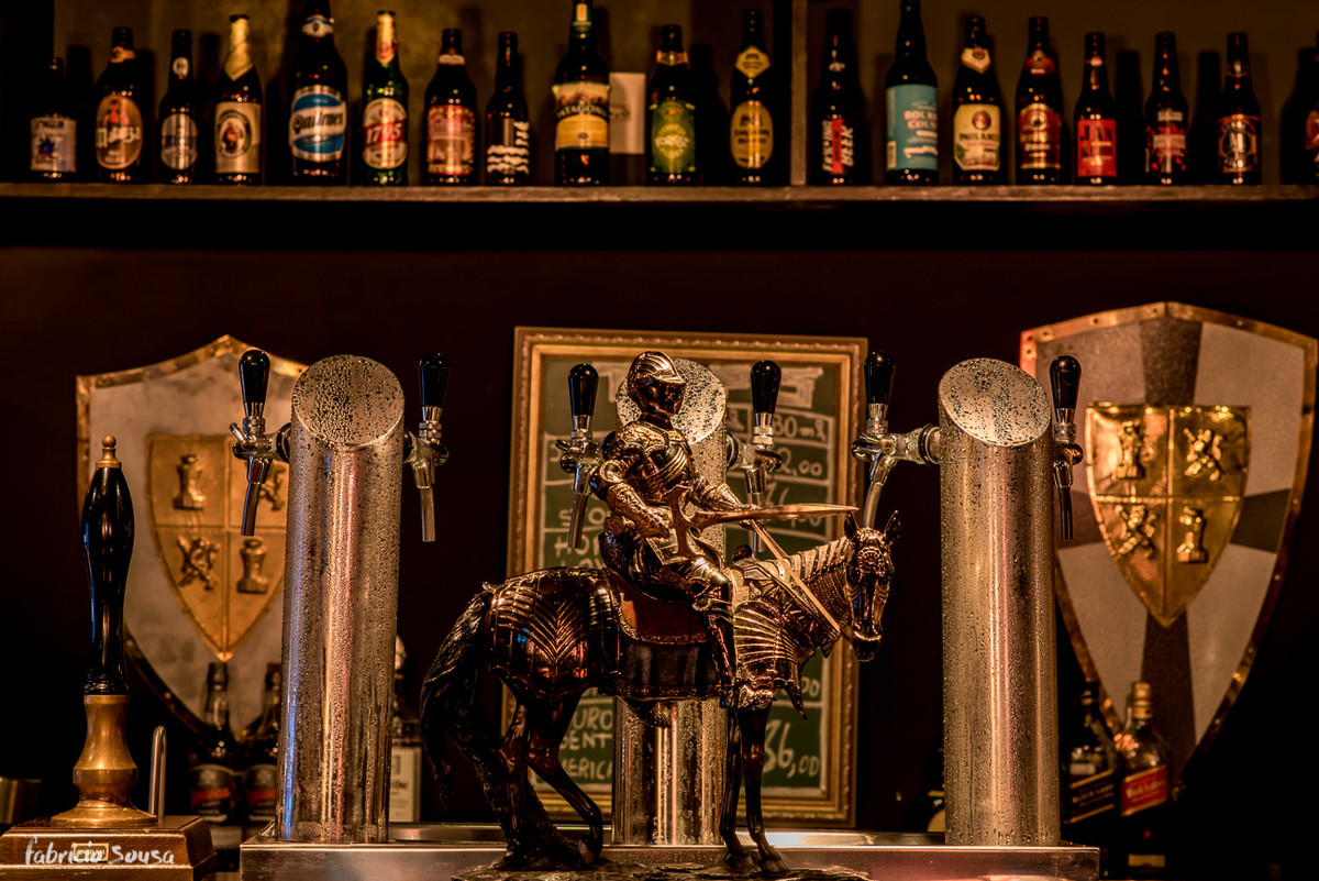 detalhe do cavaleiro no balcão do bar sir black