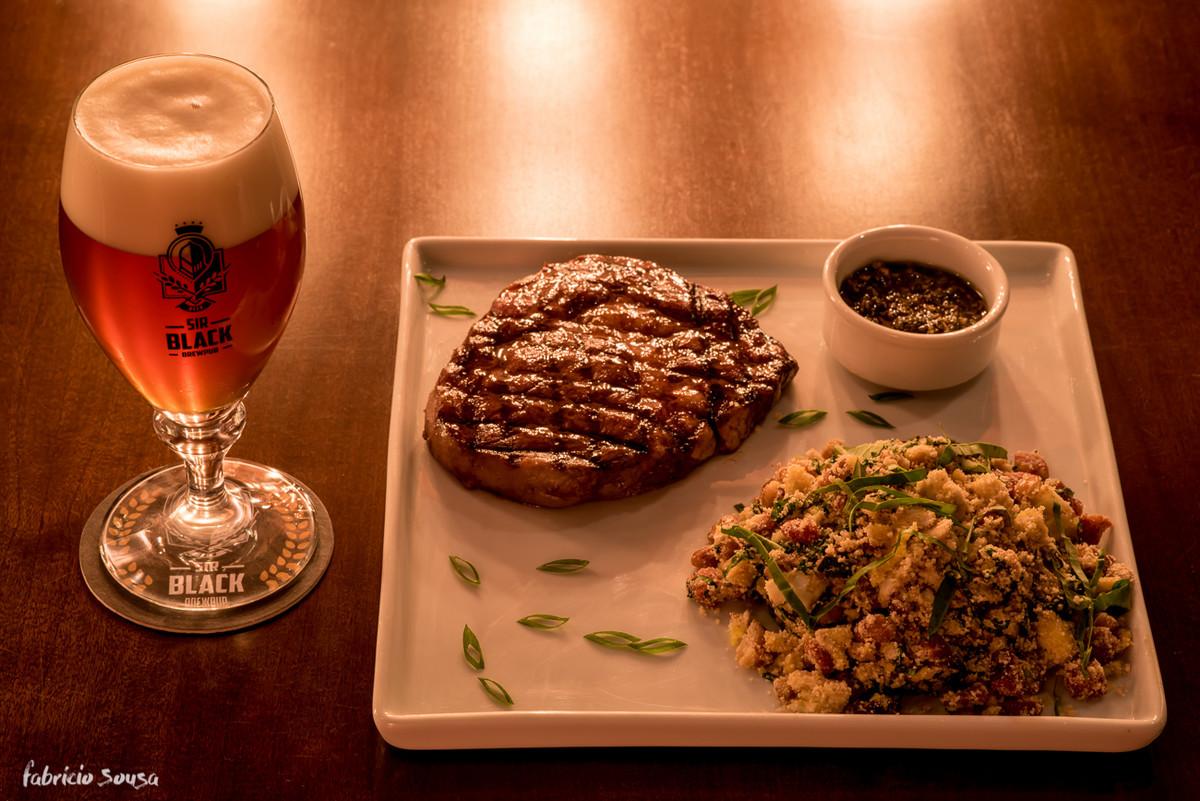 a cerveja viena produzida na micro-cervejaria acompanha a carne