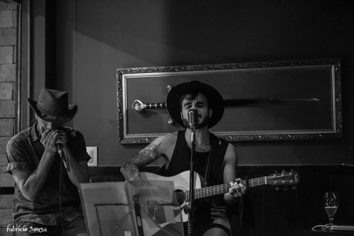 Renan Chady tocando blues e folk na noite paraense dentro do pub medieval
