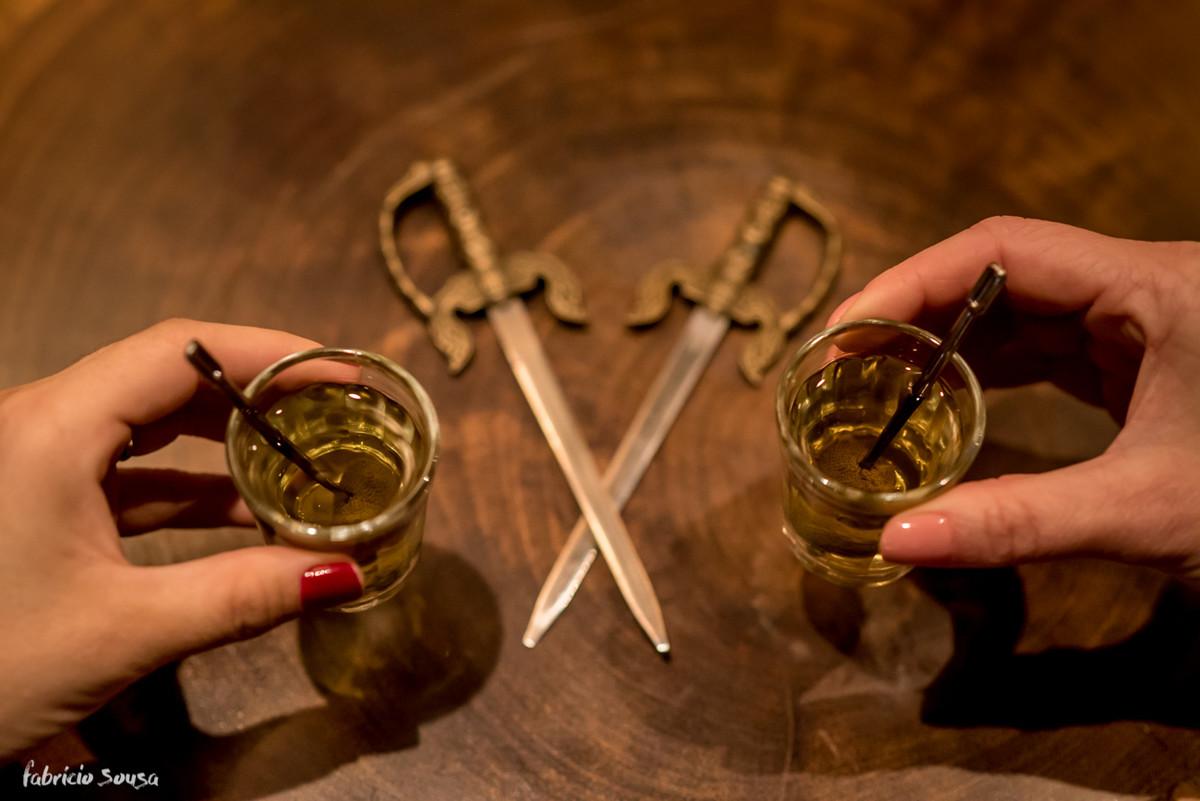 infusões de cachaça e vodka com jambu próprios do pub