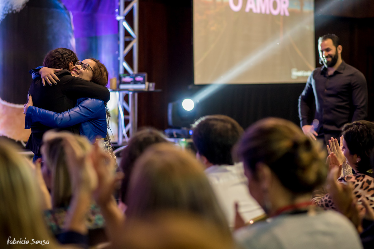 abraço de mãe e filha no palco do evento Cronos Live