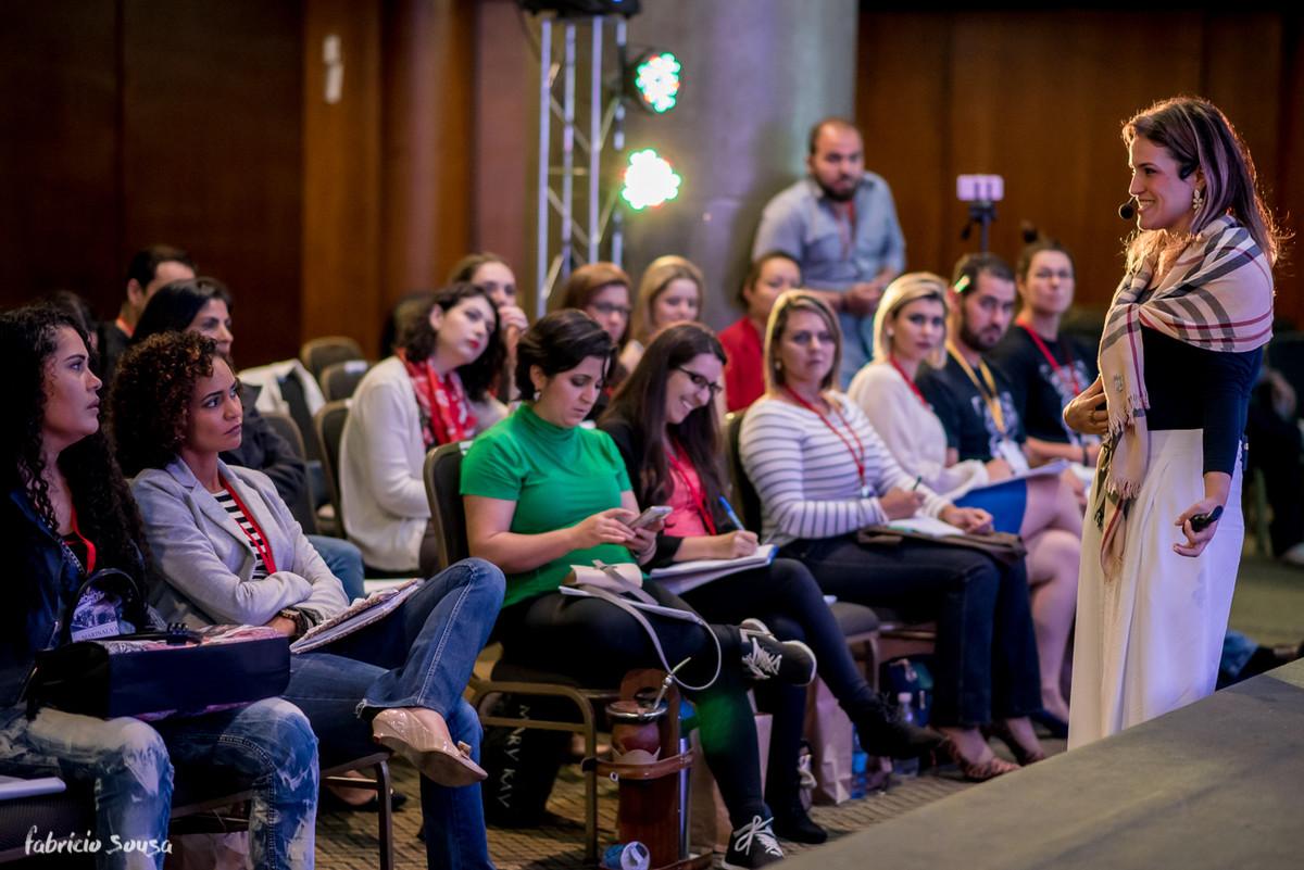 a doutora Laryssa Moraes interage com os participantes no Cronos Live