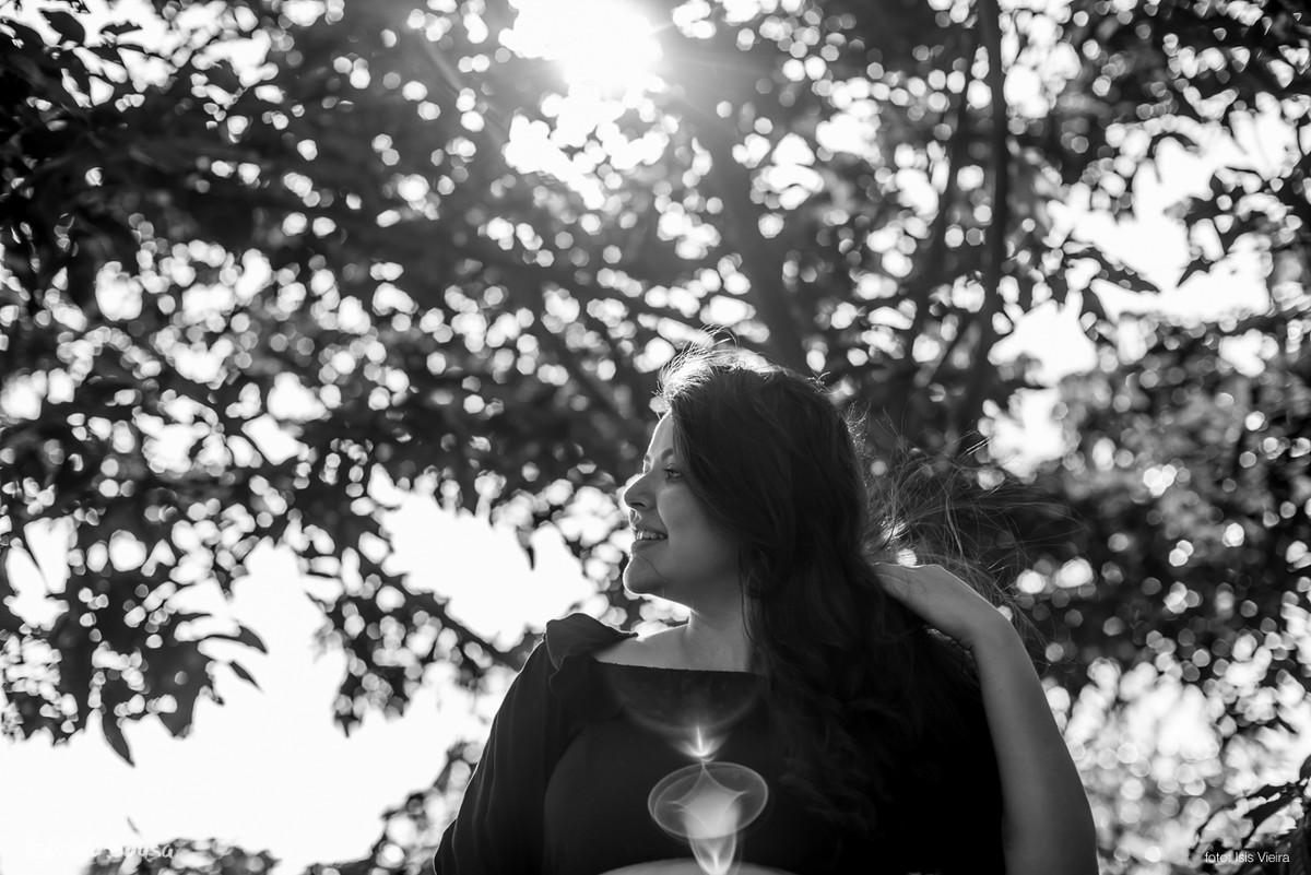 retrato preto e branco com bastante flare da grávida Laís