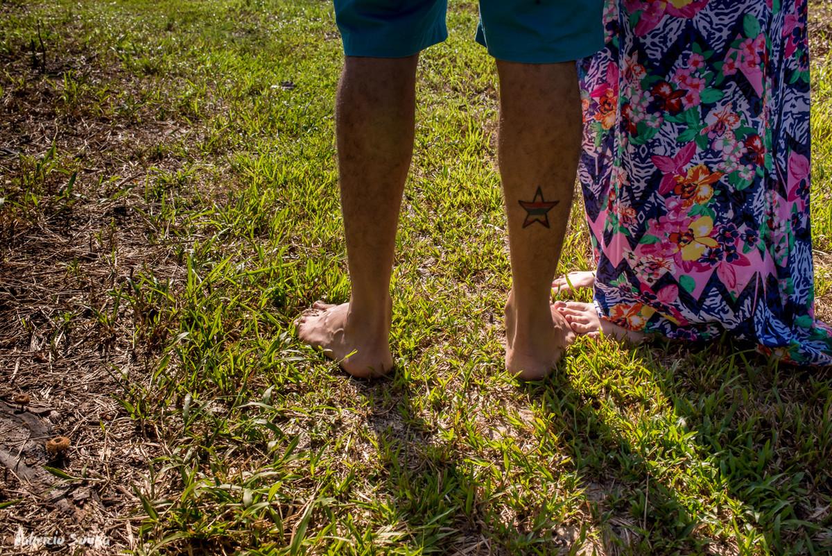 detalhe dos pés no ensaio gestante