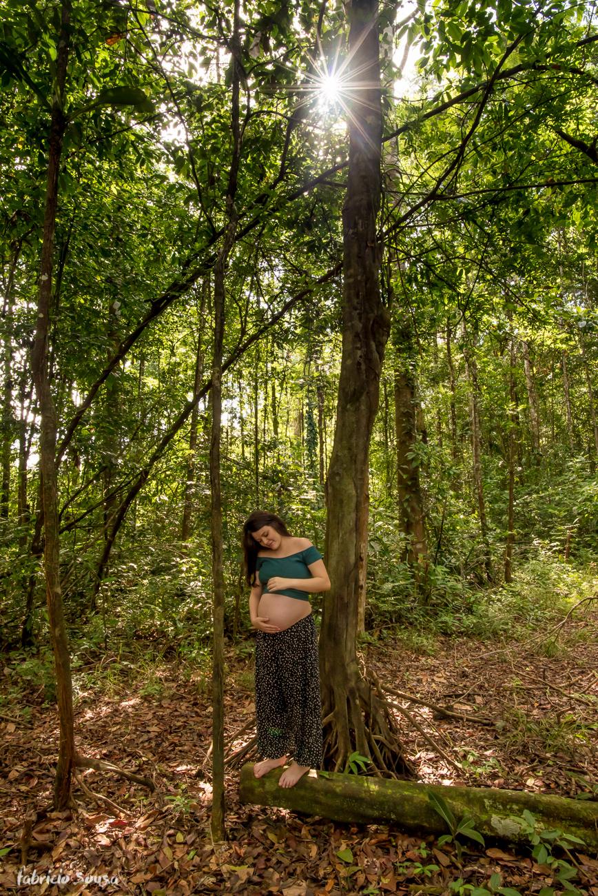 sessão fotográfica gestante em meio a floresta na Ilha do Mosqueiro no Pará