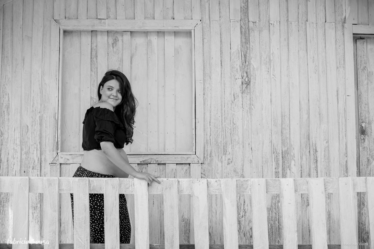 retrato preto e branco da gestante sorridente