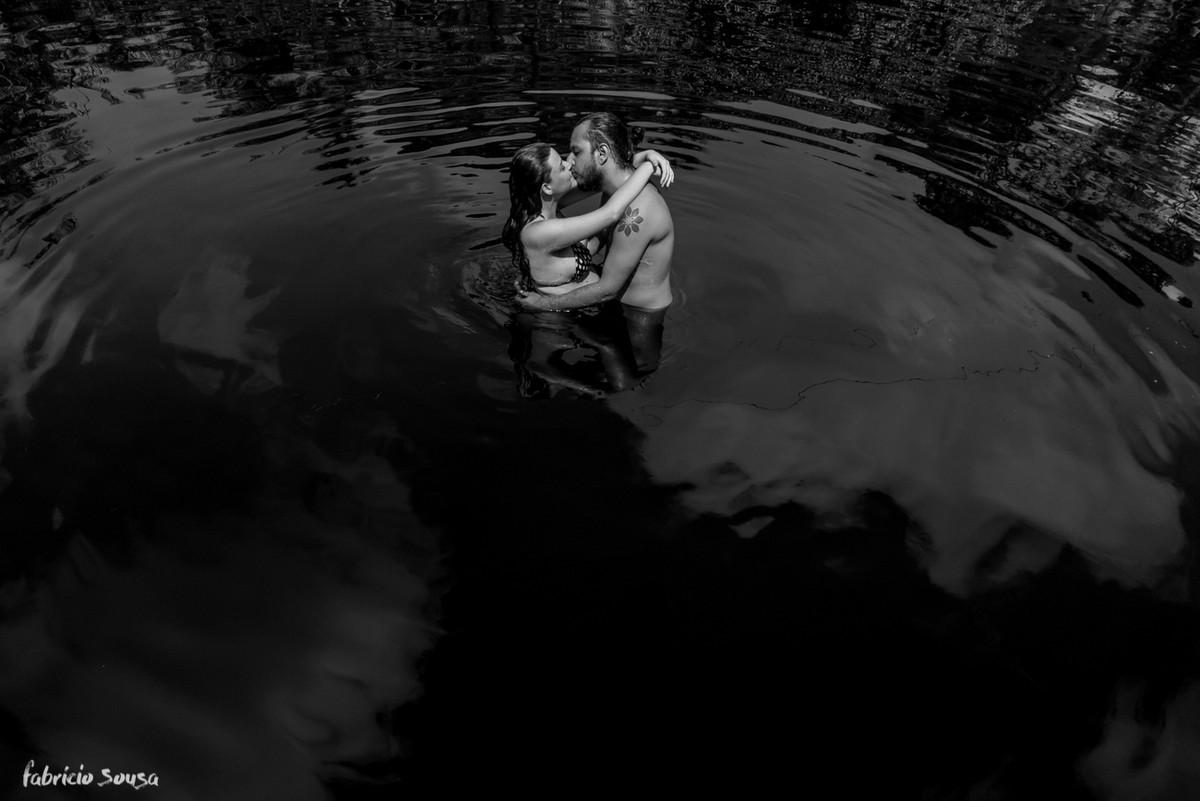 casal se beija no ensaio grávido no rio