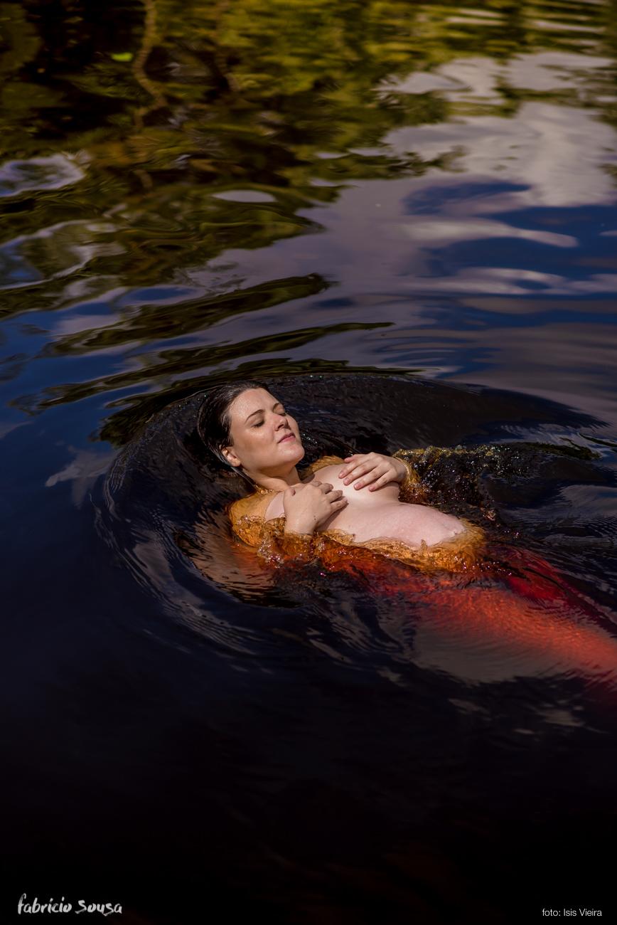 grávida Laís mergulhando no igarapé Belezinha