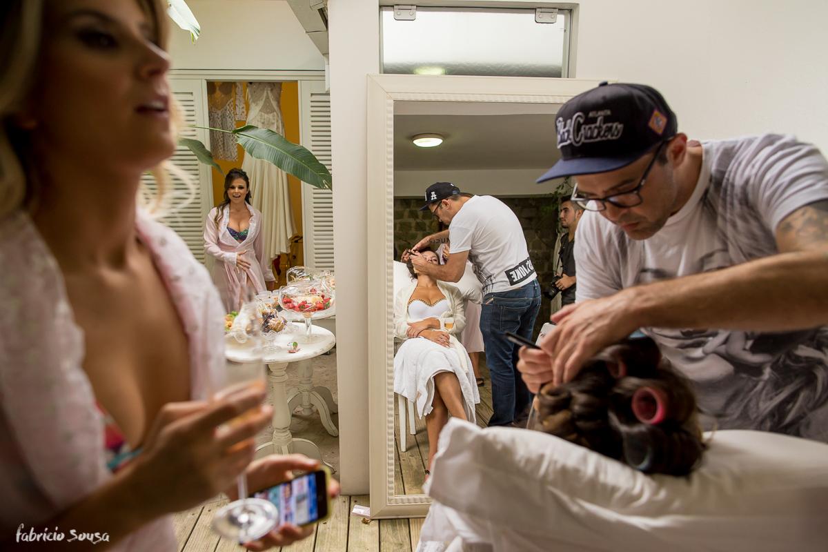 Adriano Hargan maquiando Alice Matos no seu casamento