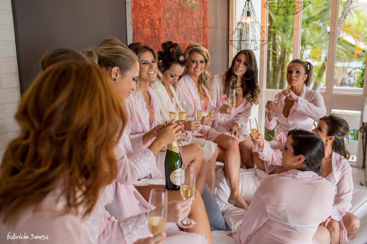 madrinhas de robe rosa tomando espumante no making of