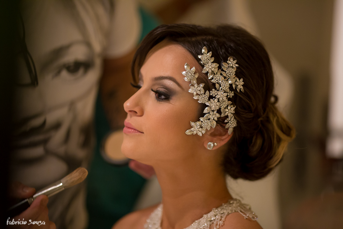 a bela Alice Matos sendo maquiada por Adriano Hargan no dia do seu casamento