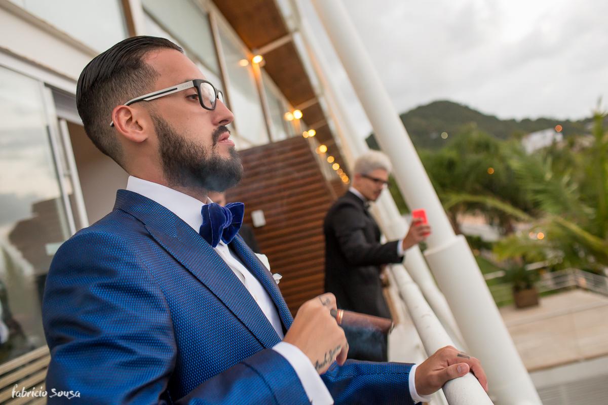 noivo fumando seu charuto cubano na sacada do hotel Parador do Estaleiro na praia em Balneário Camboriu