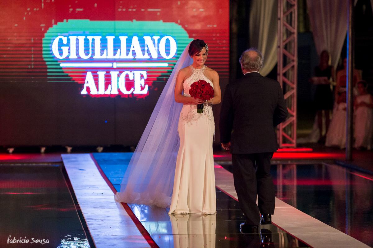 noiva Alice à espera de seu pai no corredor de entrada da cerimonia