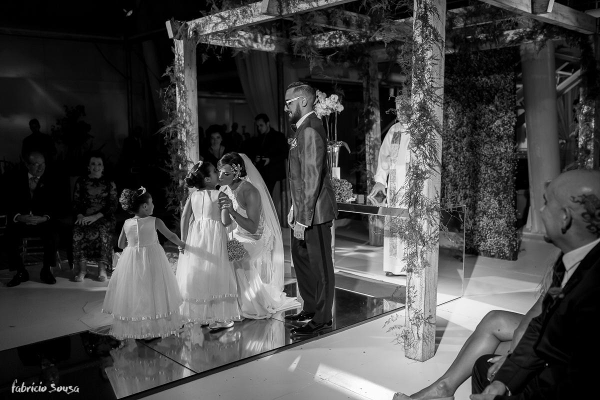 noiva recebe suas daminhas no altar
