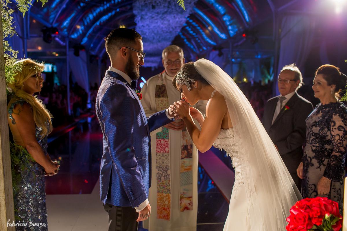 noiva Alice Matos beija a mão de seu marido Giulliano Puga
