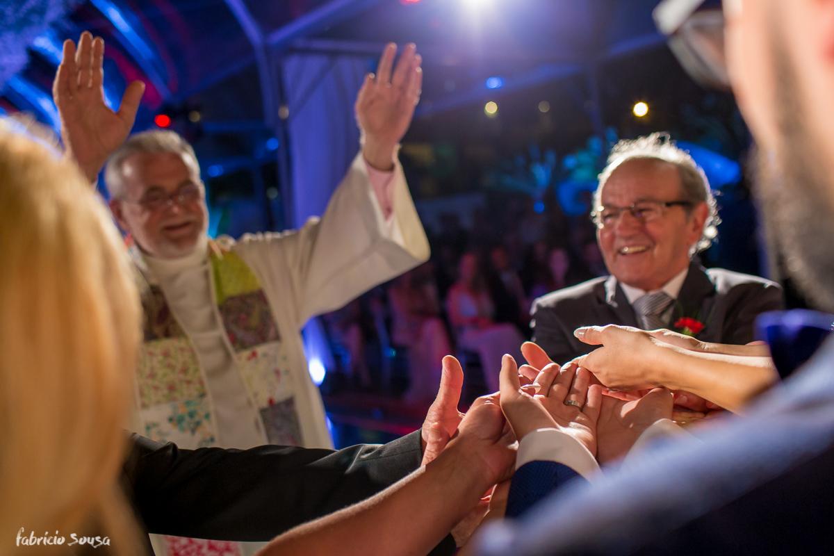 pais felizes na celebração do casamento dos filhos