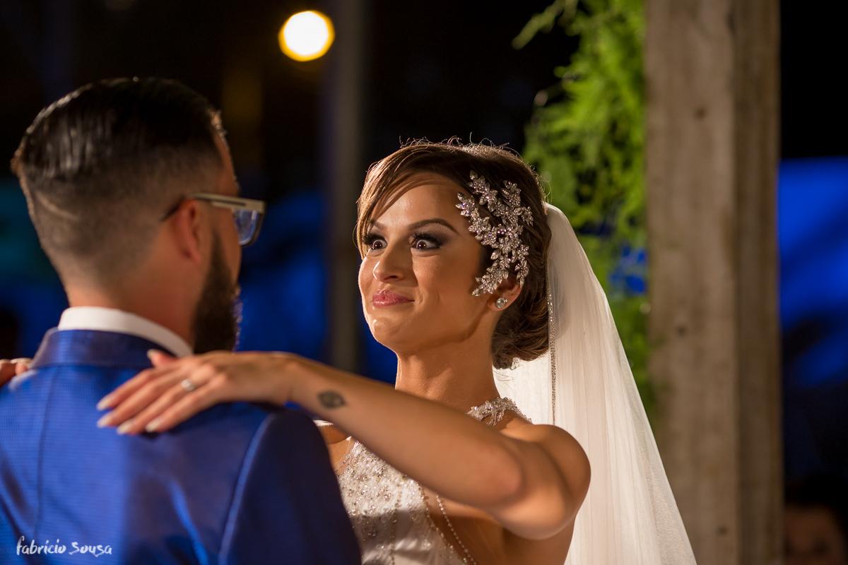 noiva Alice arregala os olhos momentos antes do tão esperado beijo do casal